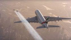 Deux casse-cous volent à côté d'un avion au-dessus de
