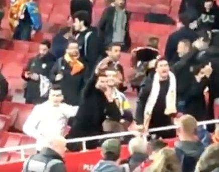 Un aficinado del Valencia hace saludo