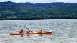 Cet homme adore faire du kayak avec ses deux chiens