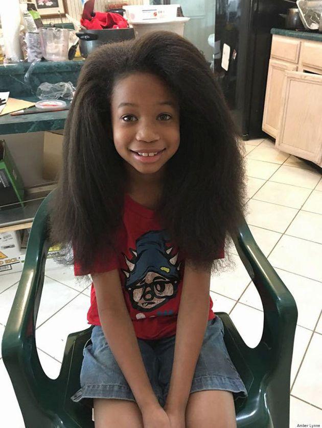 Ce garçon se rase la tête pour donner ses cheveux aux enfants atteints d'un cancer