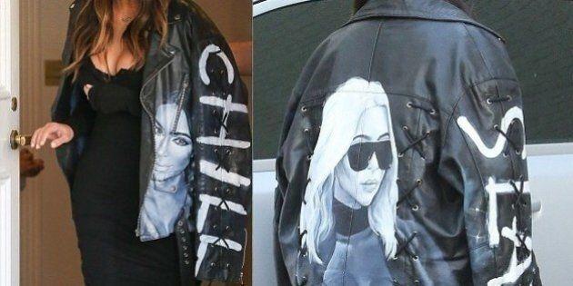 Kim Kardashian se rend hommage avec une veste à son