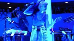 La chanteuse Grimes reçoit des décharges électriques en plein