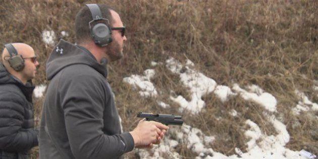 Un conseiller municipal d'Ottawa se défend de faire la promotion des armes sur