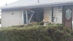 Une voiture fonce dans une maison à