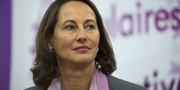 La présidente socialiste de la région Poitou-Charentes, Ségolène Royal (C) s'apprête à participer...