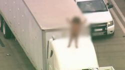 Elle danse nue sur le toit d'un camion sur l'autoroute