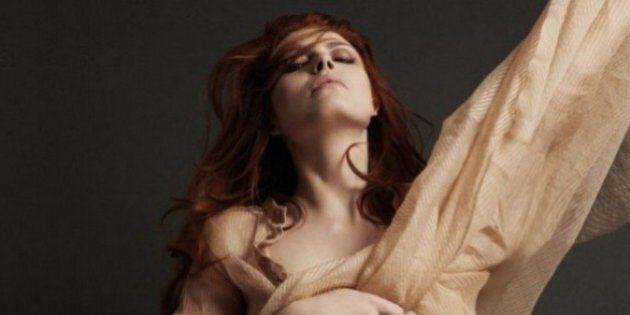 Élodie Frégé pose topless en couverture d'Hipster Magazine