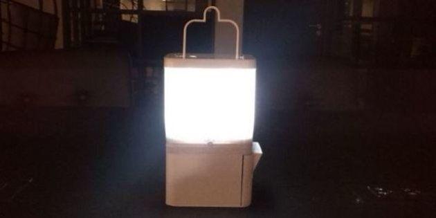 Cette lampe fonctionne huit heures par jour grâce à un verre d'eau salée
