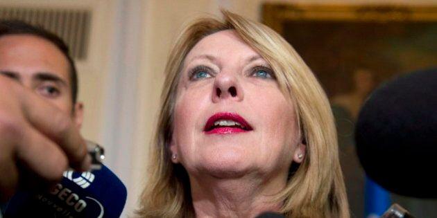 Abolition du quart des postes à l'étranger: la ministre Christine St-Pierre justifie ses
