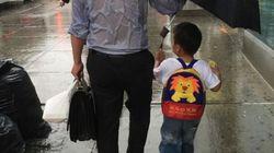 «Le papa au parapluie» qui protège son fils et se laisse tremper par la pluie fait fondre les