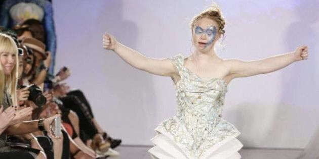La mannequin trisomique Madeline Stuart défile à la Fashion Week et ouvre la mode à la diversité