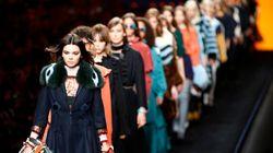 Mode à Milan: une femme énergique et de