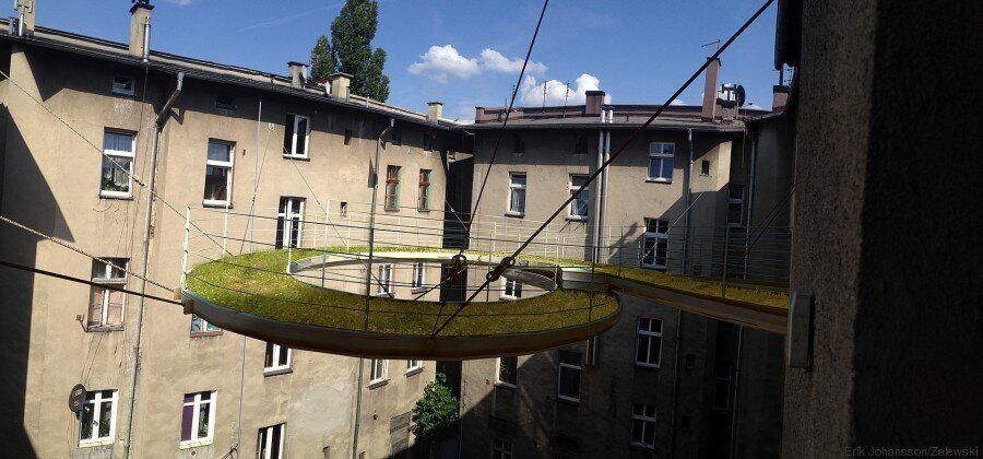Une passerelle aérienne originale pour relier deux bureaux en Pologne