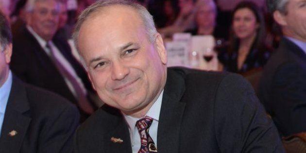 Un maire porte le même costume pendant plus d'un an pour dénoncer le