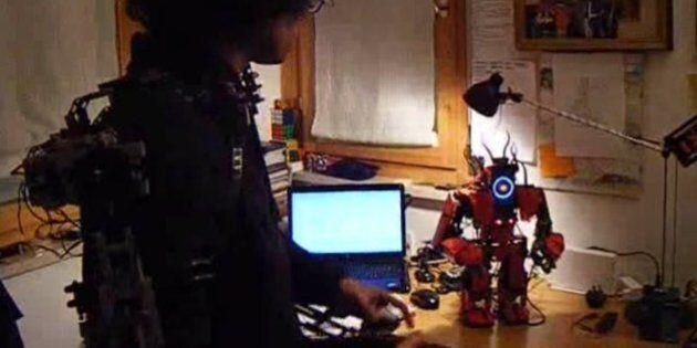 Il contrôle un robot grâce à un exosquelette en Lego