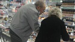 Tendre cliché d'un vieil homme aidant sa femme à trouver le bon