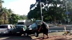 Ce cycliste n'aime pas les voitures garées sur sa route