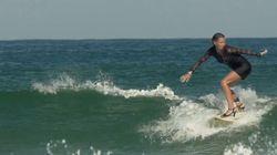 Cette femme surfe en talons hauts, performance sportive avec style