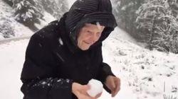Cette dame de 101 ans jouant dans la neige fera votre journée