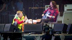 Dave Grohl se casse la jambe, mais termine son