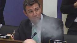 Pour défendre la cigarette électronique, cet élu vapote en pleine audience