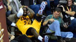 LeBron James blessé après une chute sur une caméra