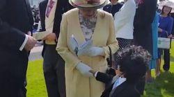 Un enfant a serré la main de la reine Elizabeth II (IL NE FAUT