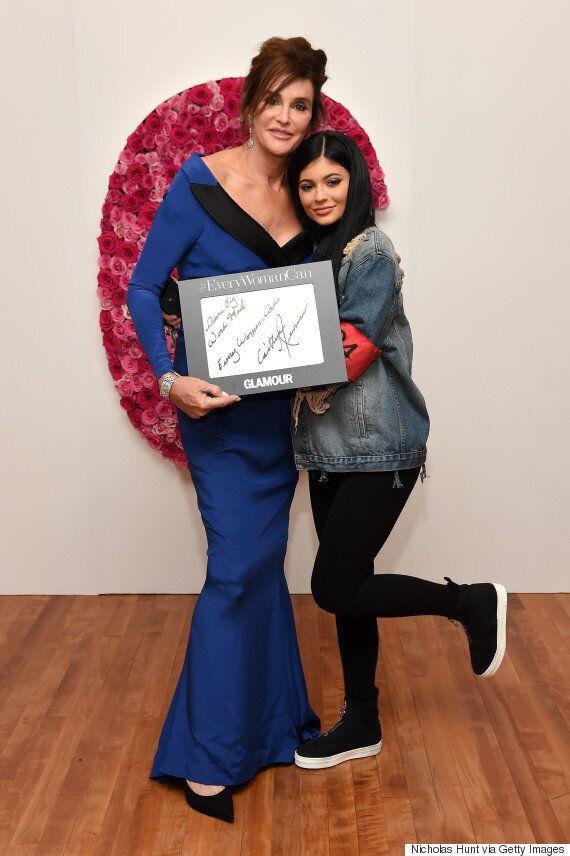 Caitlyn Jenner sublime en Moschino pour recevoir son prix de femme de