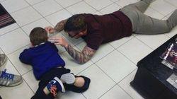 Ce coiffeur qui coupe les cheveux d'un jeune client autiste a ému le