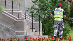 Des policiers en tenue de camouflage aux funérailles de