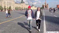 Deux hommes se tiennent par la main à Moscou et filment les réactions