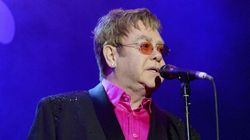 Quand Elton John pète un plomb en plein concert... puis