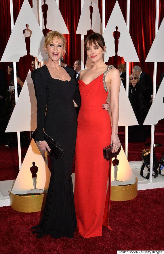Oscars 2015: Dakota Johnson partage la vedette sur le tapis rouge avec sa mère, Melanie Griffith