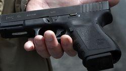 Une Russe prend un égoportrait avec un pistolet et appuie sur la