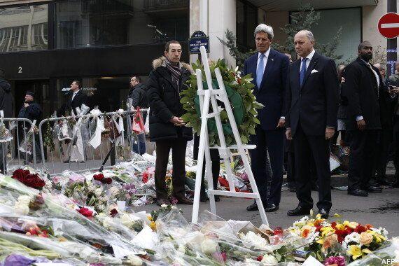 Une étreinte entre John Kerry et François Hollande à Paris