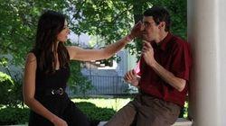 Une femme rencontre l'homme qui a reçu le visage de son frère
