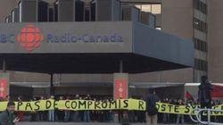 Un groupe de personnes manifestent en soutien à Radio-Canada