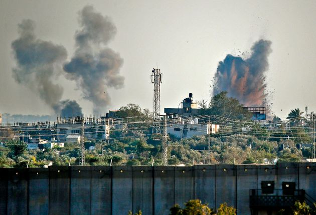 Une photo prise du village israélien de Netiv Haasara montrant une explosion le 4 mai