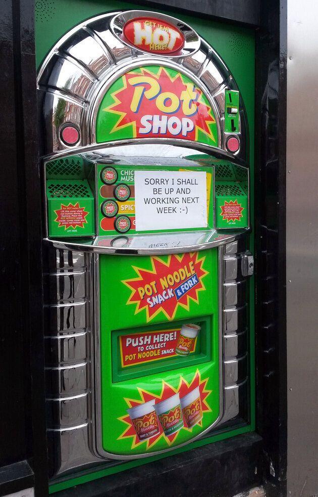 Une machine distributrice qui sert des nouilles instantanées fait son apparition au
