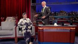 Bill Murray surprend David Letterman dans un gâteau