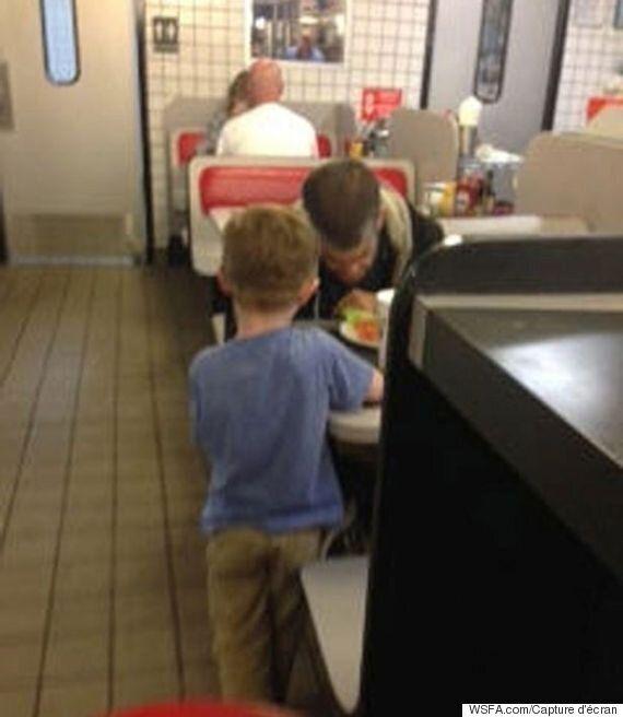 Le geste d'un jeune de 5 ans émeut les clients d'un restaurant de