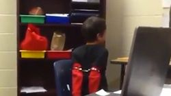 Un garçon hyperactif menotté dans une école primaire