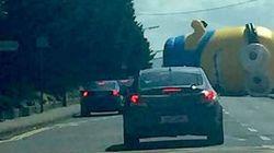 Un Minion géant provoque le chaos sur une route