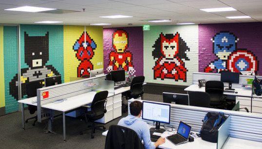 Un espace de travail redécoré avec des super-héros en