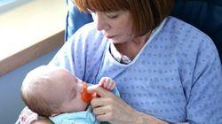 Grand-mamans tendresse: bercer des bébés à l'hôpital Sainte-Justine
