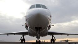 Un pilote d'avion paye la pizza à ses