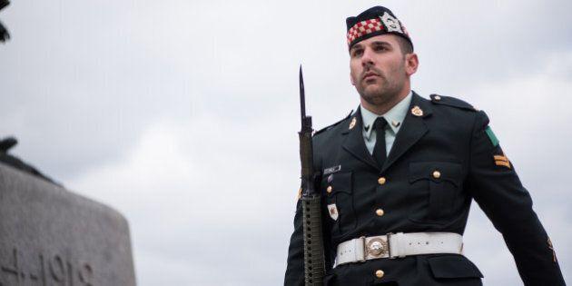 Des gens saluent avec émotion à Montréal les deux militaires