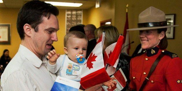Ottawa dit avoir accordé la citoyenneté à un nombre record d'immigrants en