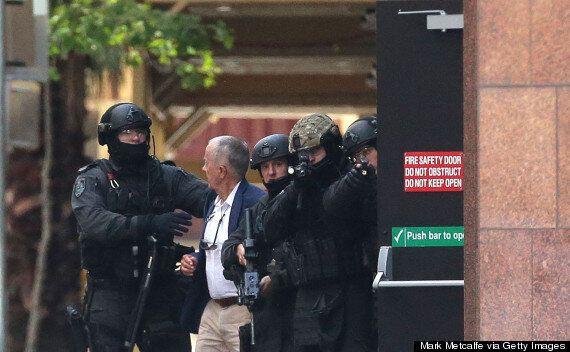 Prise d'otages à Sydney: les images des otages qui fuient