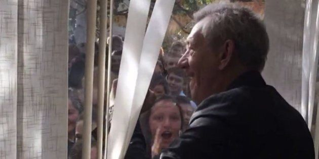 Ian McKellen donne l'ordre à des étudiants de travailler à la façon de